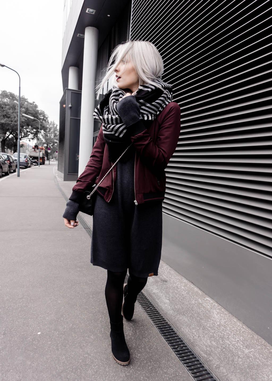 The Cosmopolitas Outfit: Strickkleid & Burgundy Bomberjacke