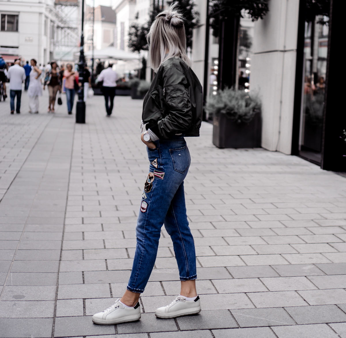 MOM-JEANS SNEAKERS u0026 BOMBER JACKET | The Cosmopolitas