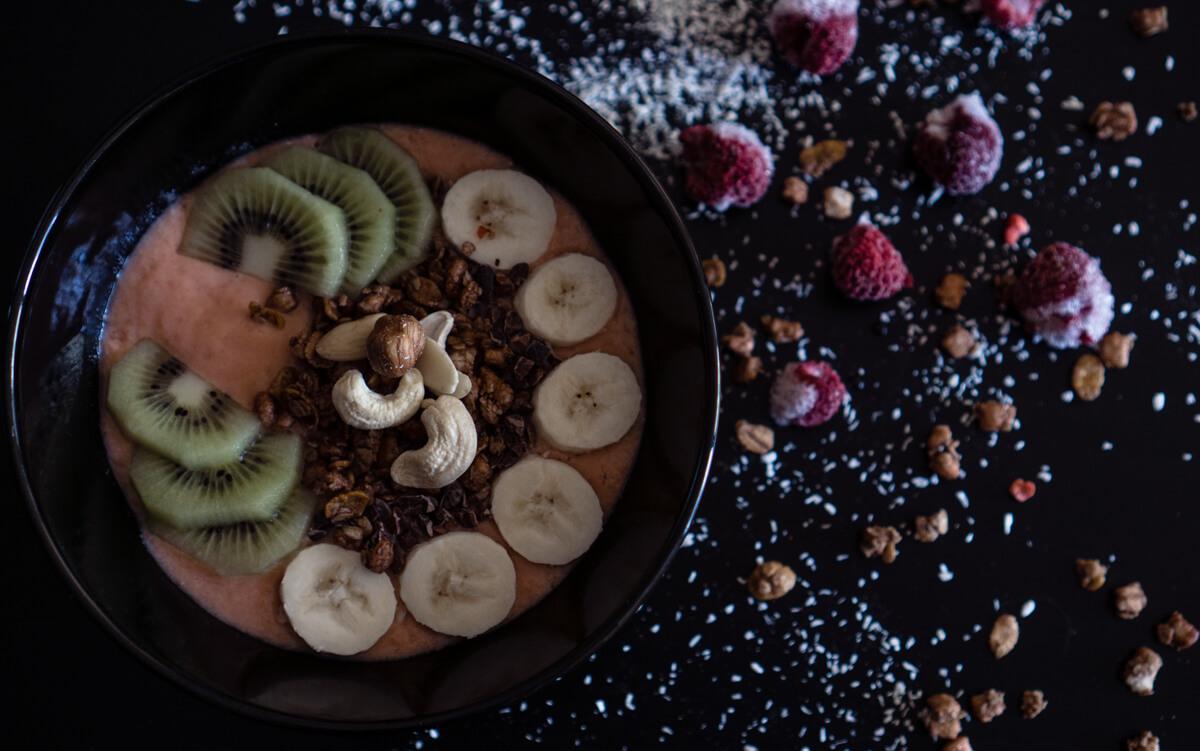 Smoothie Bowl mit Bananen und Beeren