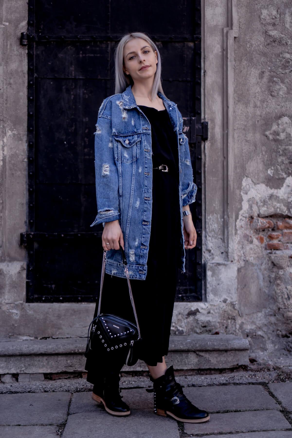 Zara Jeansjacke im Used-Look kombiniert mit einem Volantkleid von BikBok