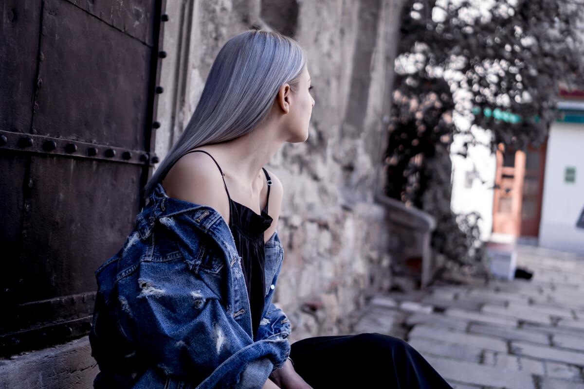 Volant Kleid mit einer zerissenen Jeansjacke