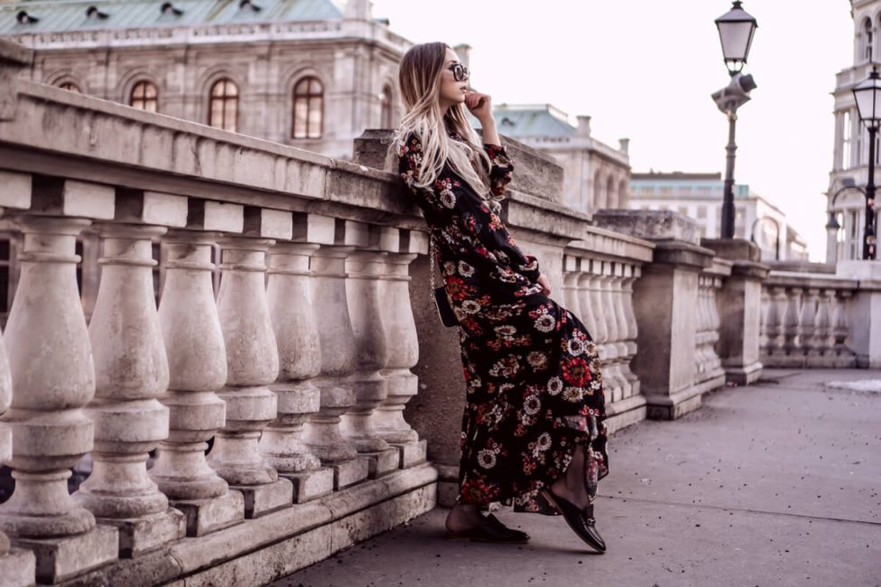 Blumenkleid tragen