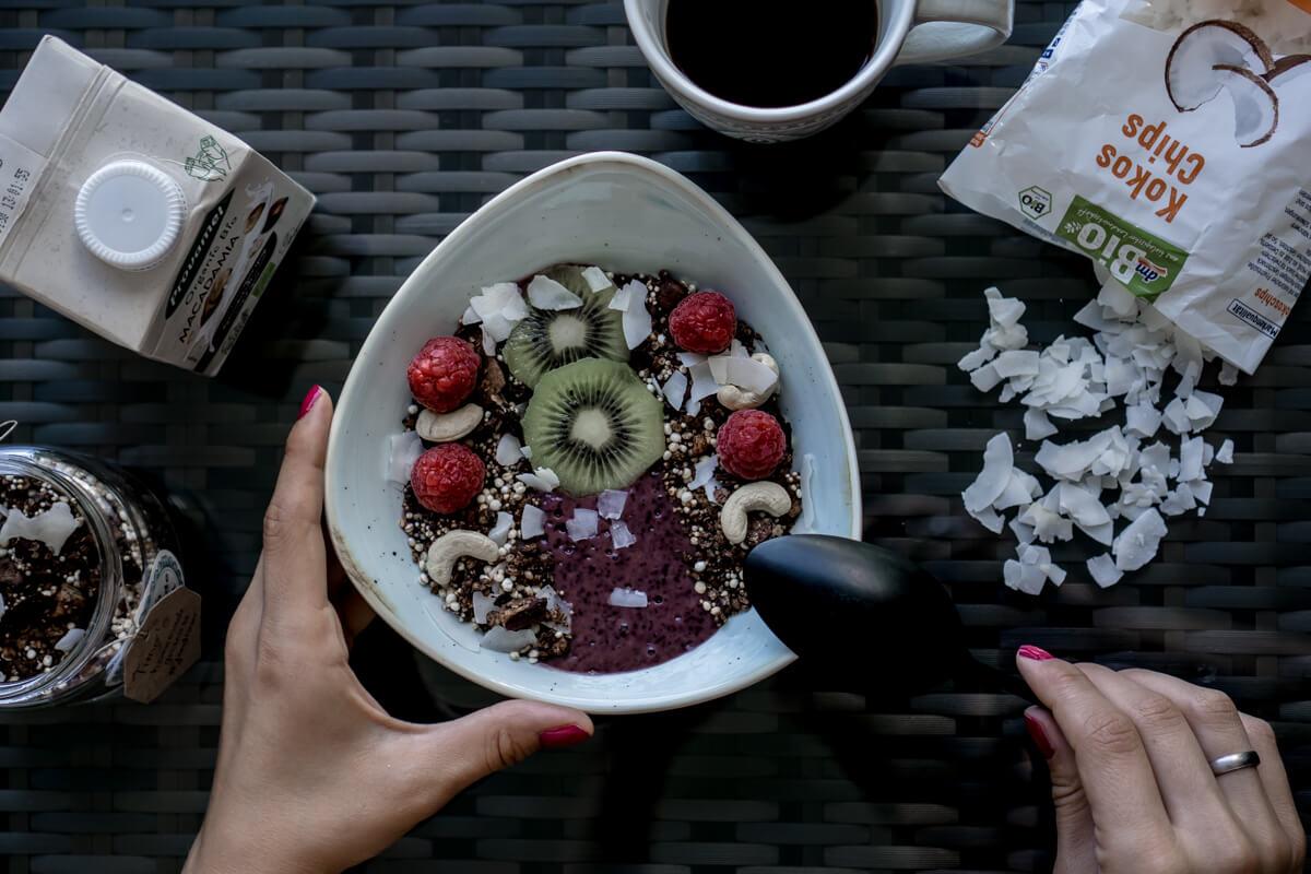 Smoothie Bowl with homemade granola The Cosmopolitas