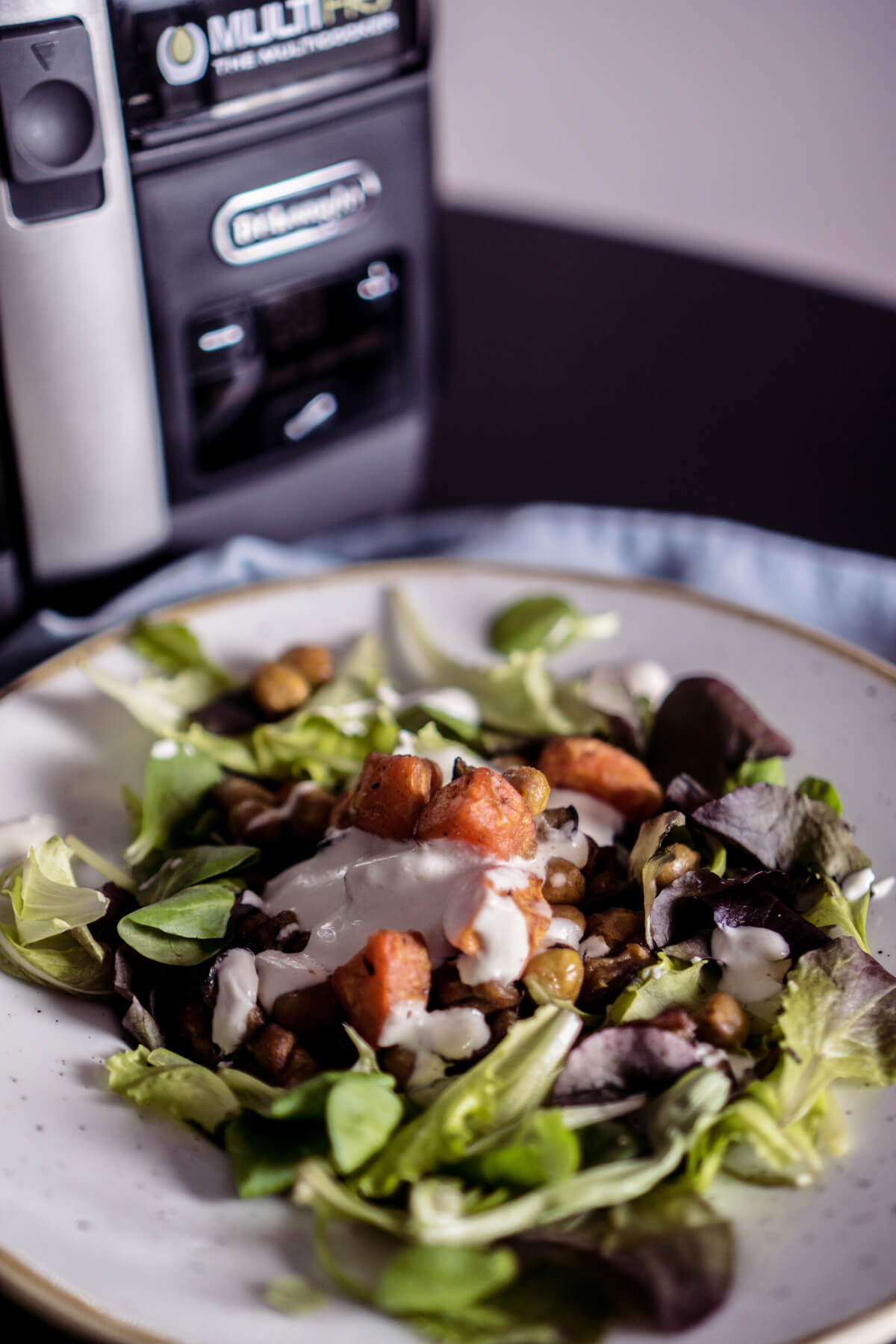 Saisonal kochen: Herbst, Salat mit Süßkartoffeln, Melanzani, Kichererbsen und Tahinidressing