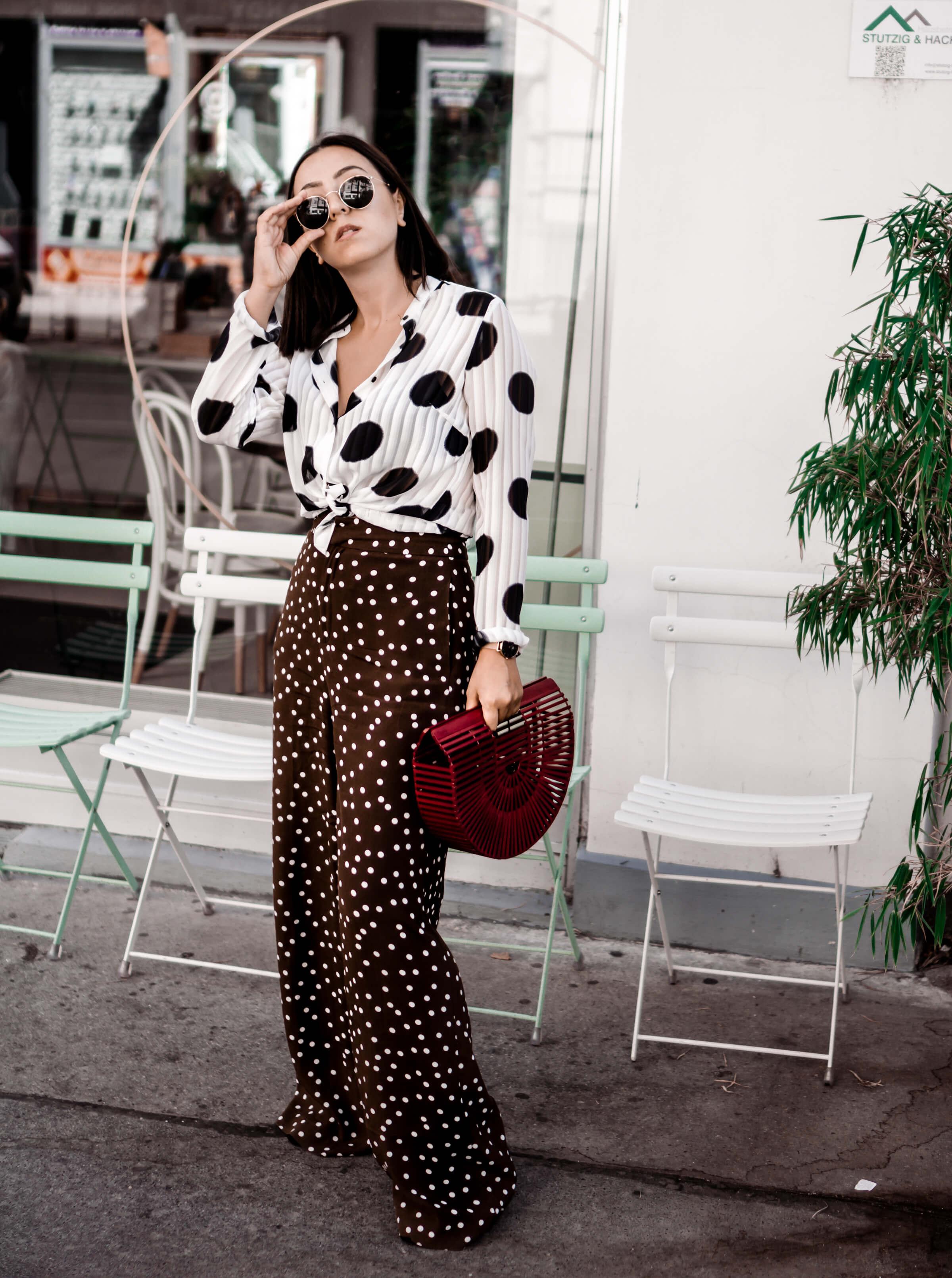 Hose mit Punktemuster und transparente Bluse