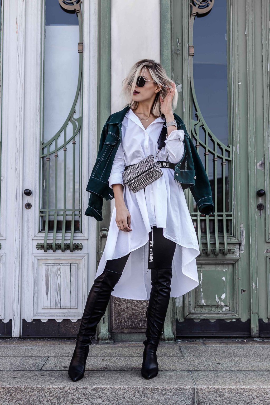 Street Stye: overknees, lange Bluse, Denim Jacke und Stoffgürtel