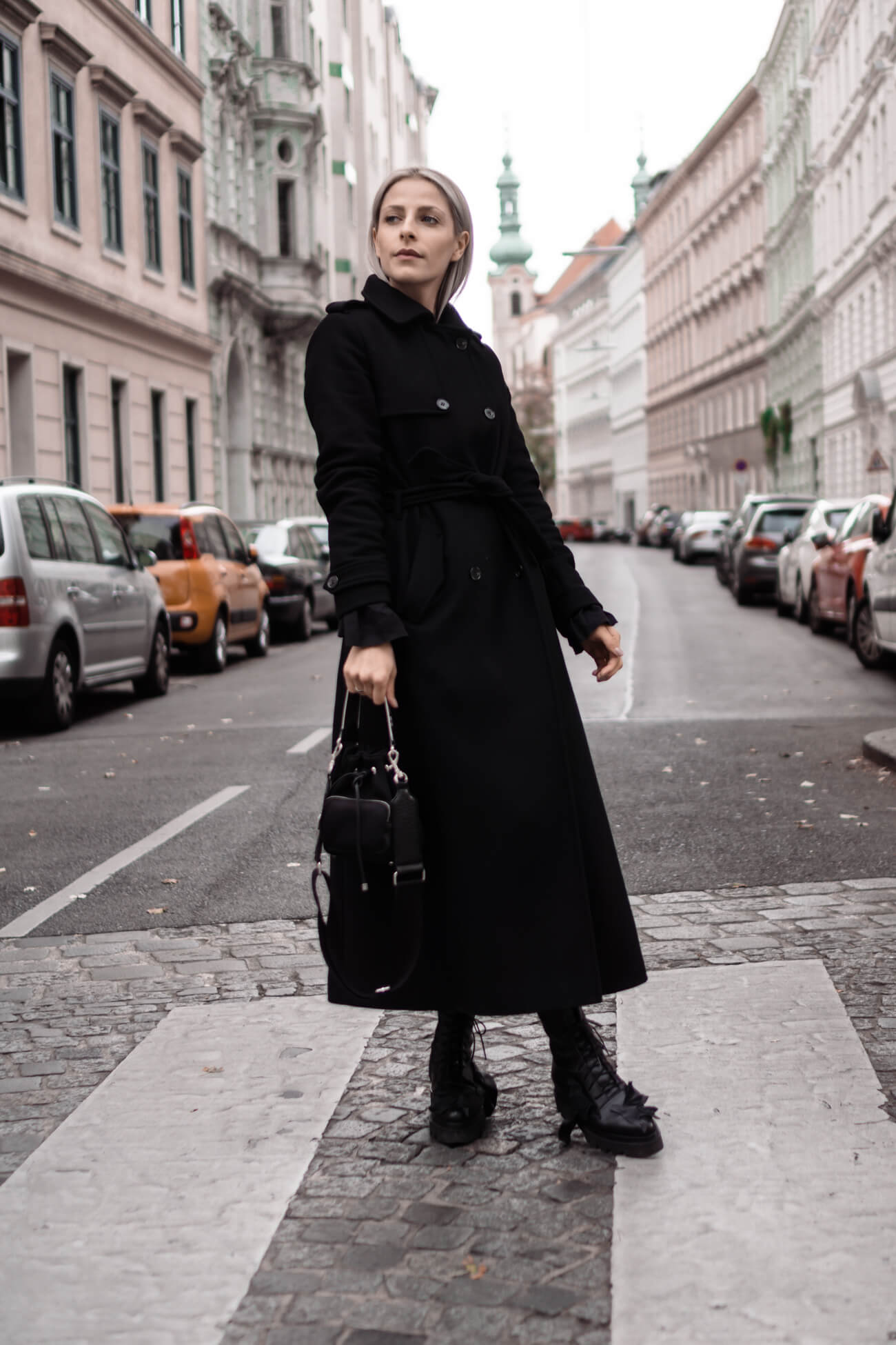 Wie trägt man einen klassischen schwarzen Mantel?