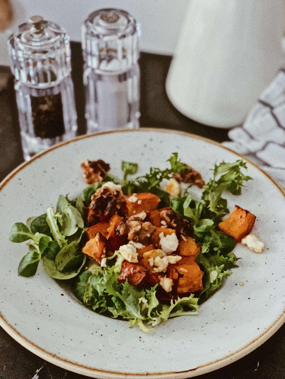 Rezepte mit Kürbis Kürbissalat mit Schafskäse und Orangen-Senf-Dressing