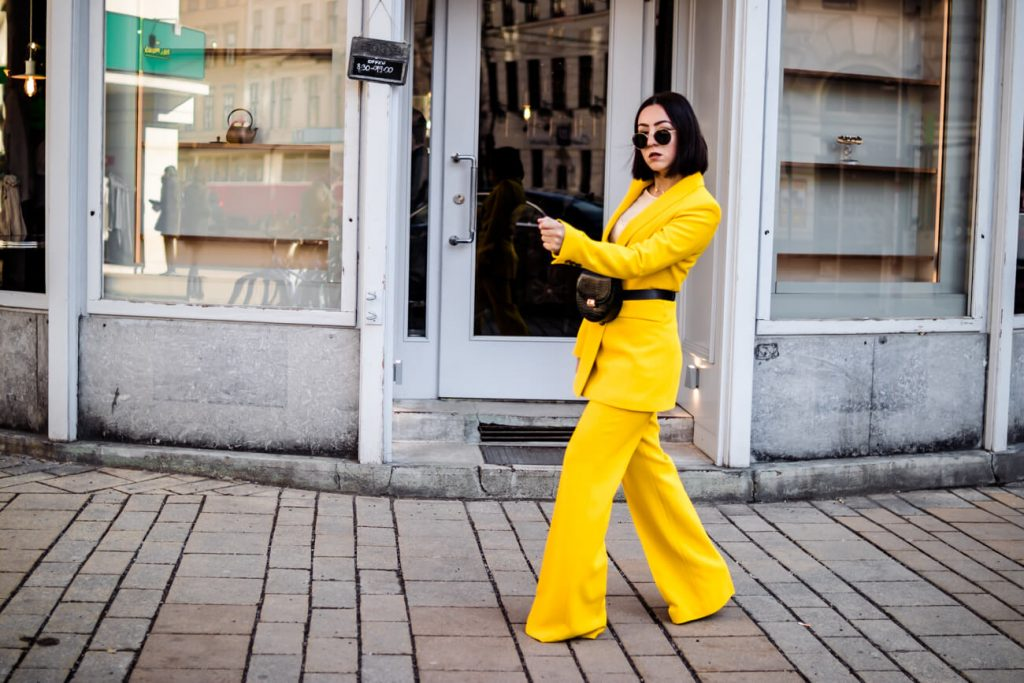 How to wear a yellow pantsuit?