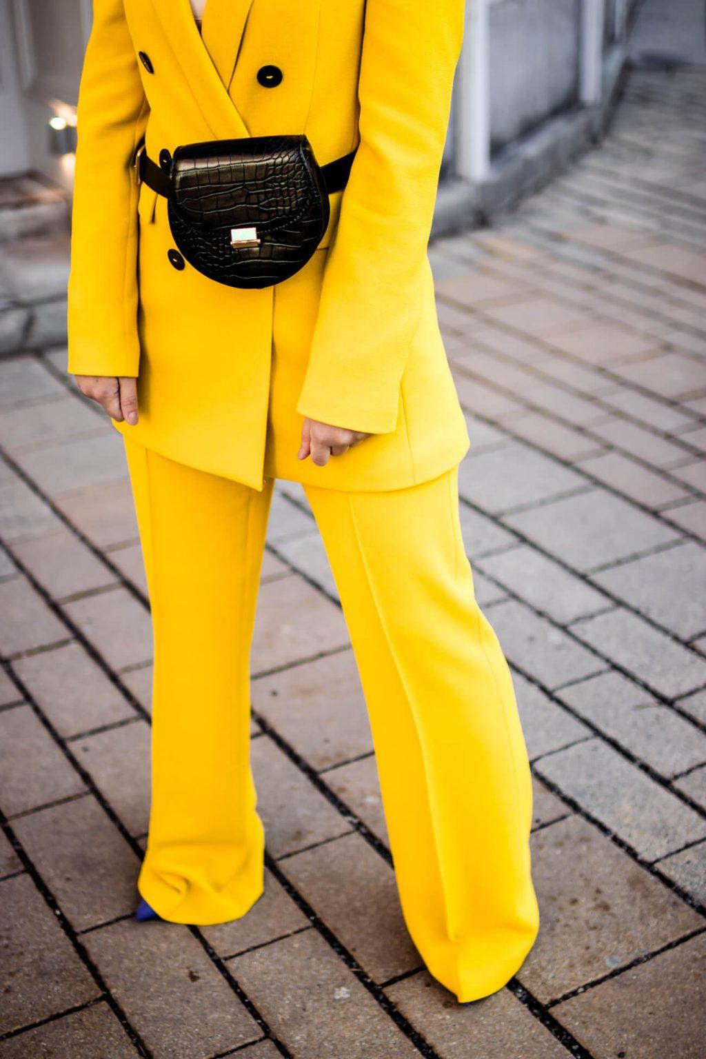 Wie kombiniert man einen gelben Hosenanzug?