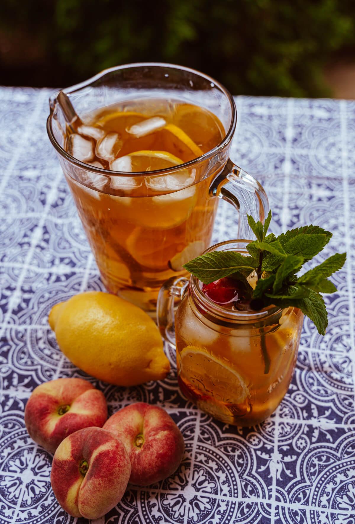 Hausgemachter Pfirsich-Zitronen-Eistee ohne Zucker